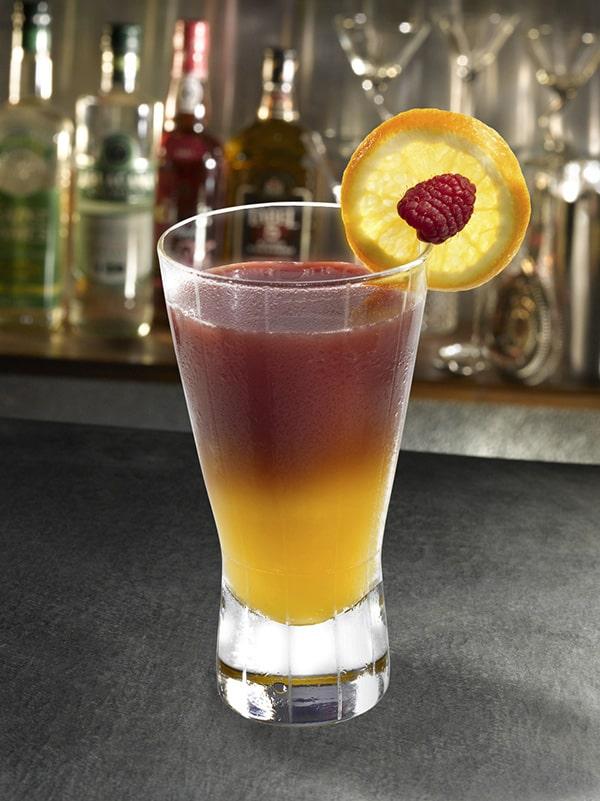 cocktail coucher de soleil avec framboise et citron dégradé de couleur dans le cocktail