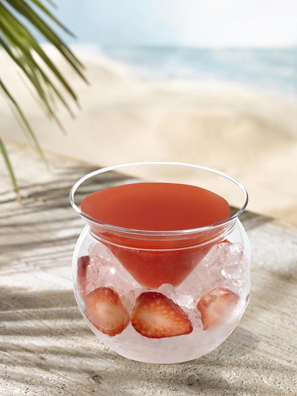 Cocktail rosita dans un verre avec glace pilée et morceaux de fraise