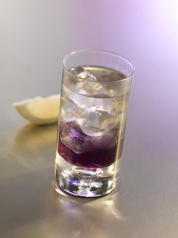 cocktail backstage dans un verre avec des glaçons et du citron vert