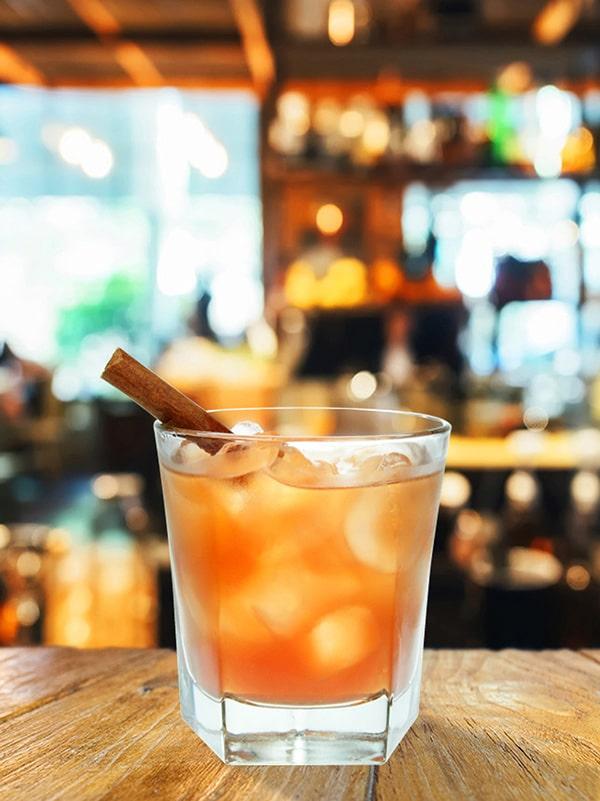 cocktail old treacle avec cannelle dans le verre