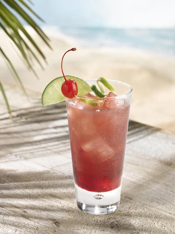 cocktail orlando dans un verre avec de la glace pilée, tranche et zeste de citron vert et cerise