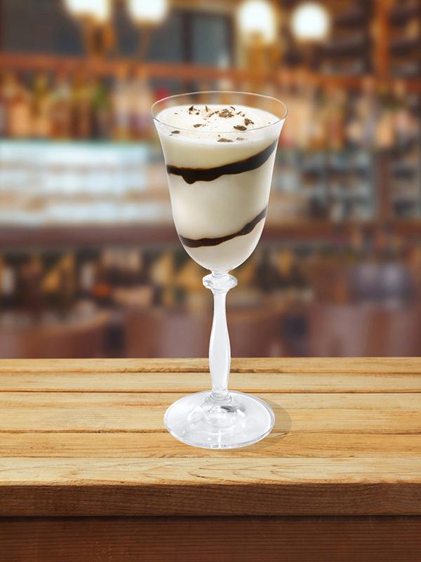 cocktail zebre dans un verre à pied