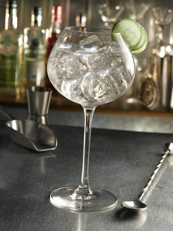 cocktail gin tonic verre à pied avec concombre en décoration
