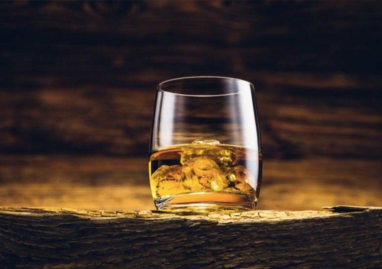 verre-de-whisky-mis-à-l'honneur