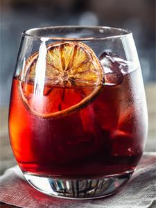vermouth rouge accompagné d'un crumble de cabillaud