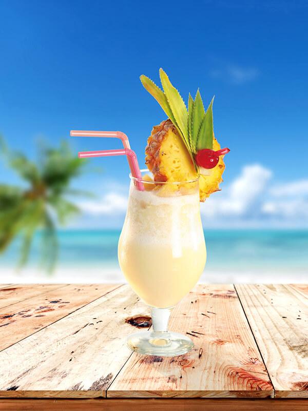cocktail perfect colada dans un verre avec de la glace pilée, de l'ananas et deux pailles