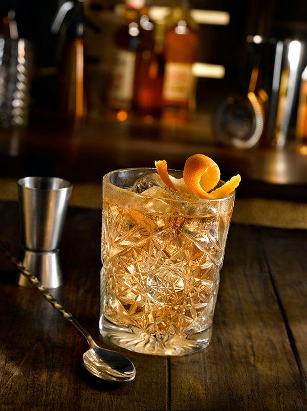 cocktail od fashioned dans un verre avec des glaçons, zeste d'orange