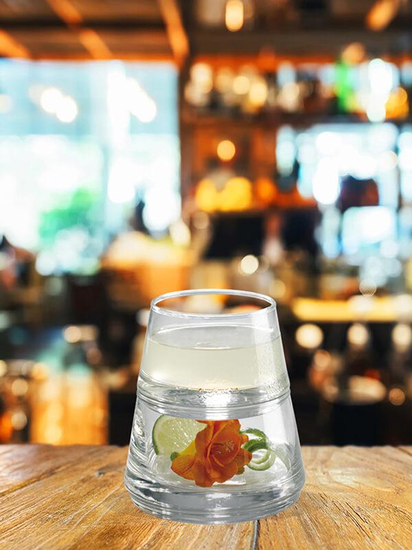 cocktail asian pearl dans un verre avec du citron verre et de la glace