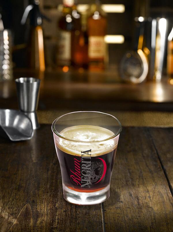Cocktail negrita spresso dans un verre à café