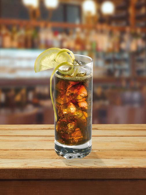 Cocktail gk cola dans un verre avec glaçons et zeste de citron
