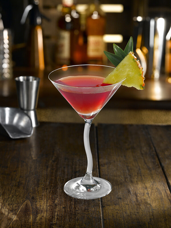 Cocktail gk daikiri dans un verre à pied avec une tranche d'ananas