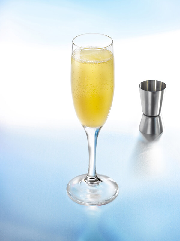 Cocktail Bellini pétillant dans un verre à pied avec des glaçons