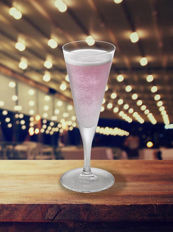 Cocktail violette royale dans un verre à pied