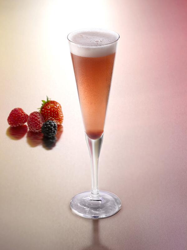 cocktail orphée dans un verre à pied accompagné de fraise, mûre et framboises