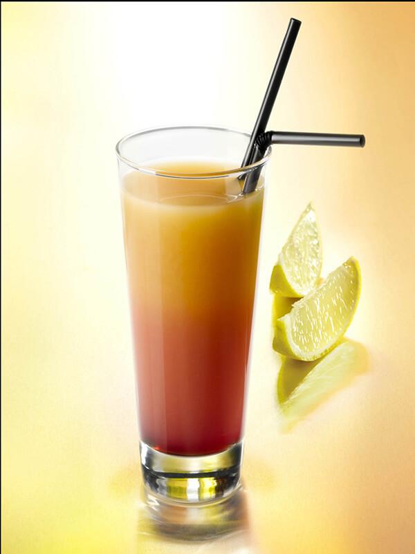 Cocktail chantaco dans un verre avec deux pailles et du citron