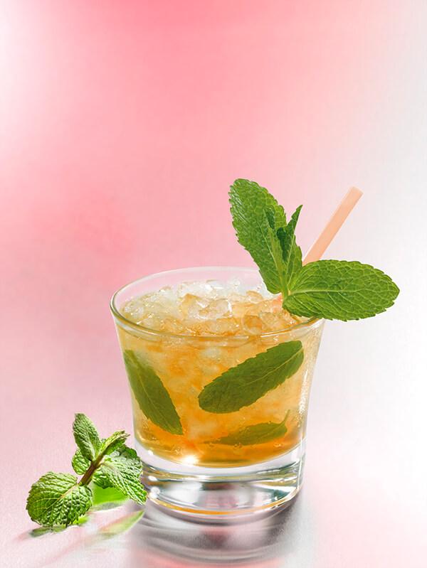 Cocktail mint julep dans un verre avec glace pilée et menthe fraiche