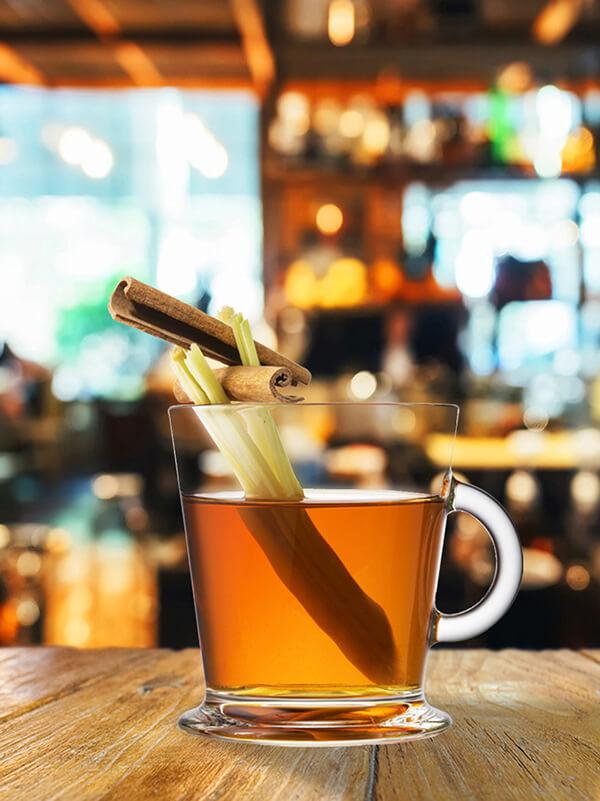 Cocktail french summer smash dans un verre style tasse avec des morceaux de cannelle