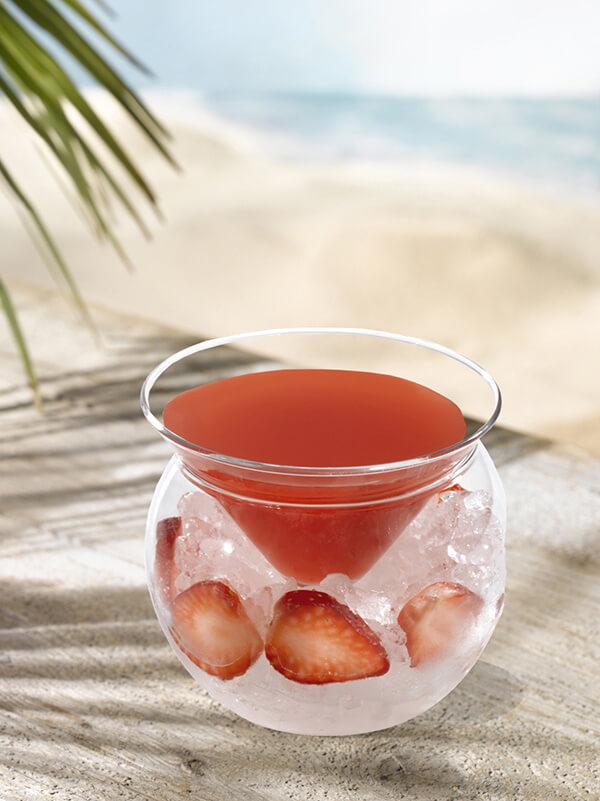 Cocktail rosita dans un verre avec de la glace pilée et morceaux de fraise