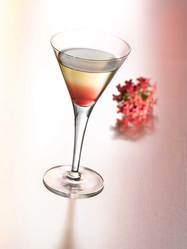 Cocktail cassis express dans un verre à pied