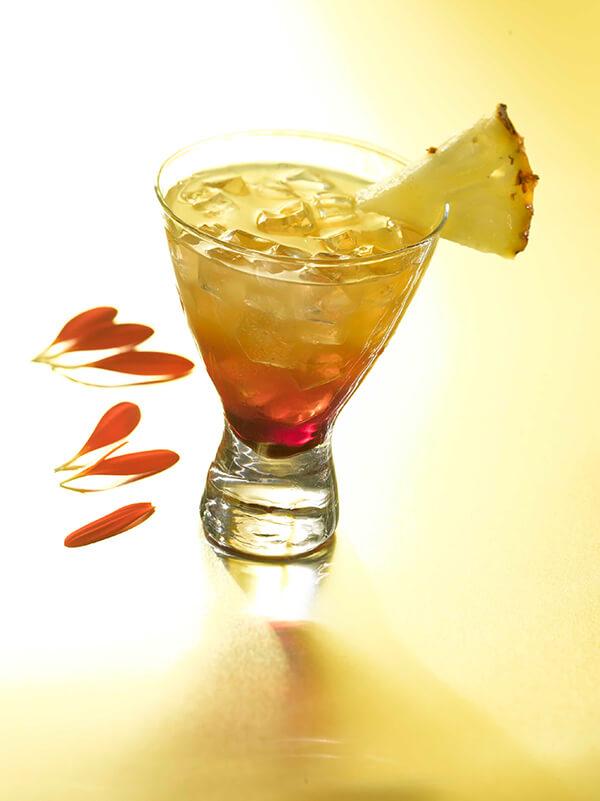 Cocktail fantaisie dans un verre avec de la glace pilée et tranche d'ananas