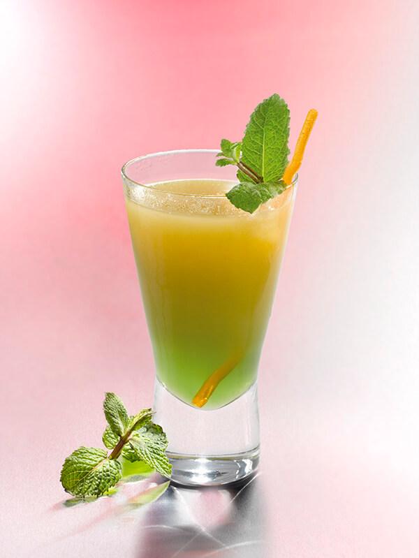 Cocktail le zouc dans un verre avec de la glace, des feuilles de menthe et de l'orange