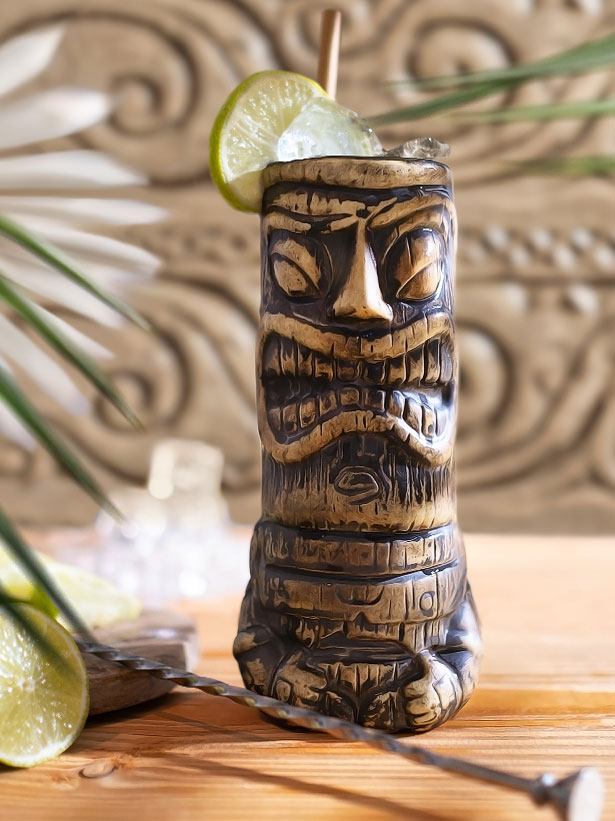 cocktail tiki mai tai dans un verre traditionnel tiki avec des glaçons e du citron vert
