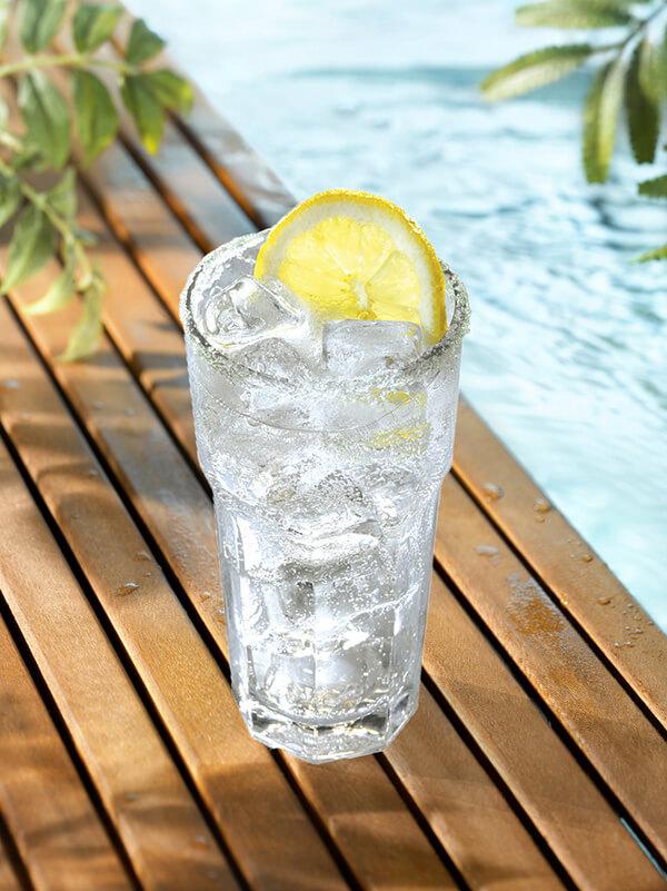 Cocktail manzana rhum dans un verre avec glaçons et citron