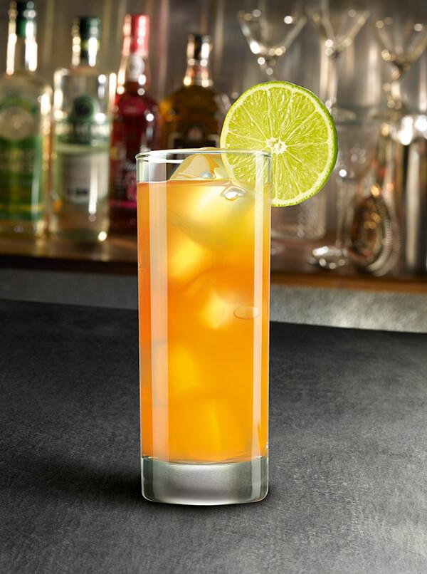 Cocktail passion label dans un verre avec tranche de citron vert et glaçons