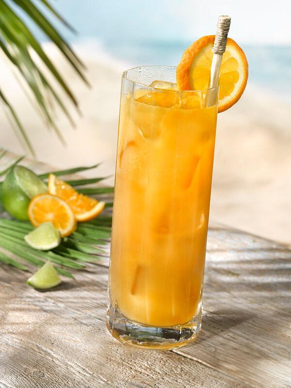 Cocktail punch planteur dans un verre avec paille et rondelle d'orange