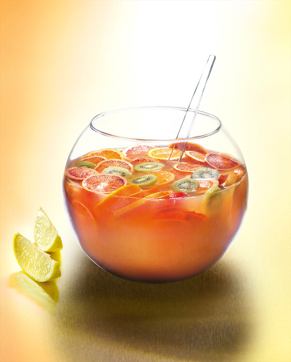 Cocktail punch pot au rhum dans une vasque avec fruits exotiques