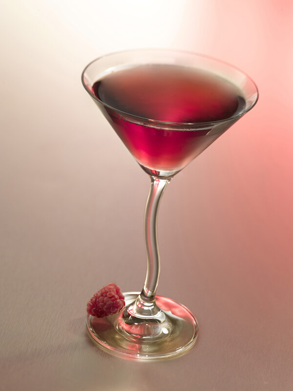 Cocktail sweety thing dans un verre à pied avec des framboises