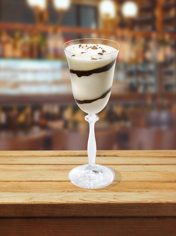 Cocktail zèbre dans un verre à pied avec des glaçons