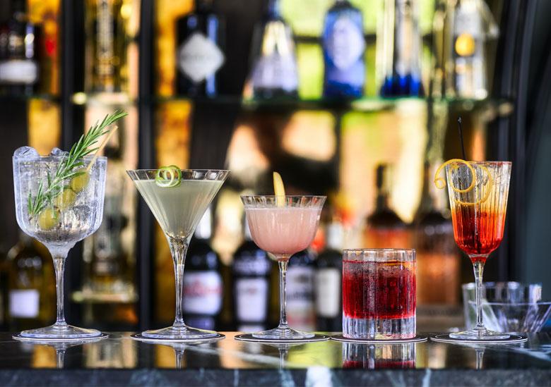 Tendance des cocktails 2021 avec 5 cocktails différents présentés sur un bar