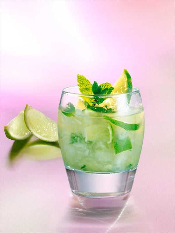 Cocktail caipiroska avec du citron vert