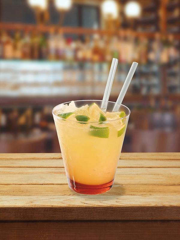 cocktail samba collins dans un verre avec de la glace pilée, feuille de menthe et deux pailles