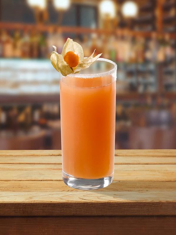 cocktail peche mignon dans un verre avec de la glace avec un fruit